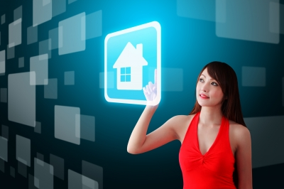 femme touche une icone maisn woman touching house icon