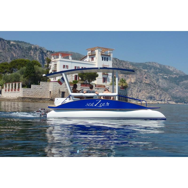Le bateau sans permis seaZen en balade devant la villa Kerylos.
