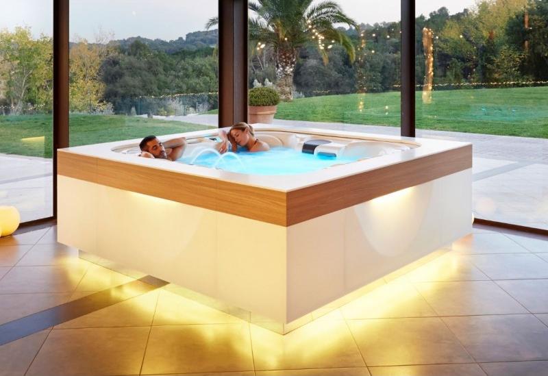 Deux personnes se relaxant dans un spa