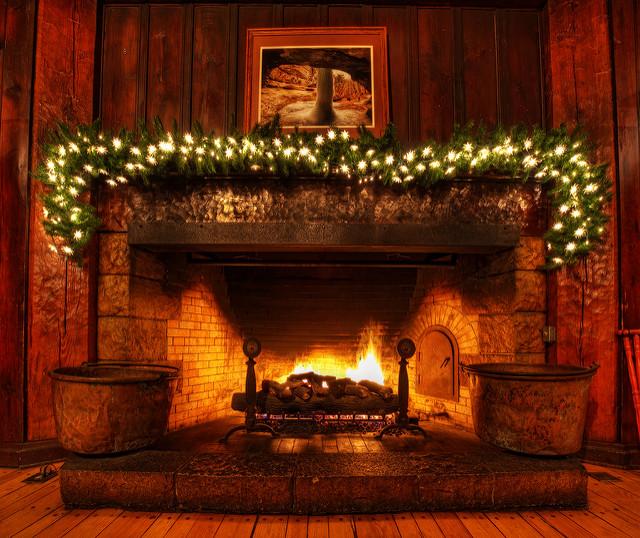 Cheminée spacieuse avec décorations de Noël.