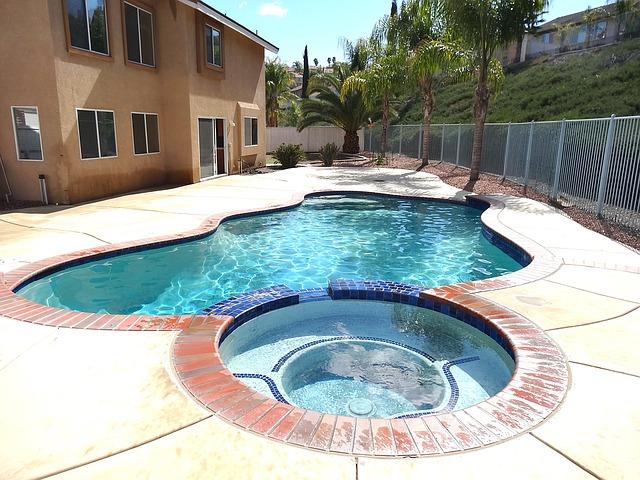 Installation d'un spa à domicile à côté d'une piscine.