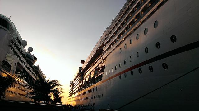 Photographie d'un bateau de croisière de luxe amarré au port.