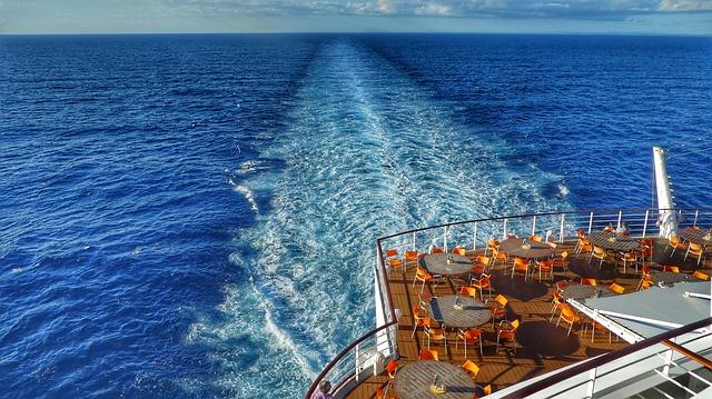 Vue sur la mer depuis un bateau de croisière.