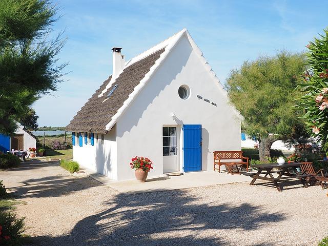 Maison blanche avec toit pointu.