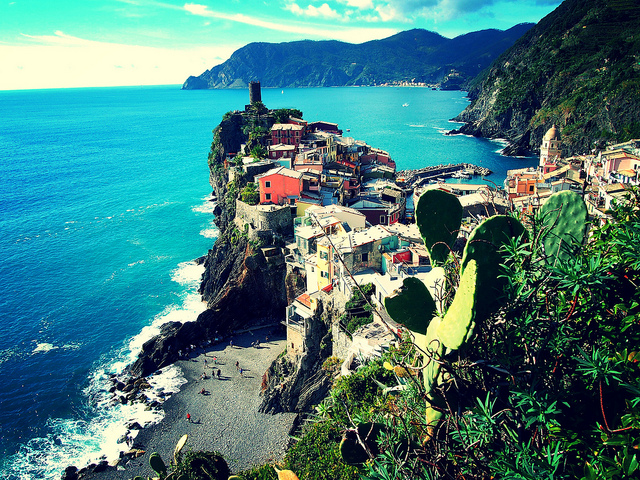 Village coloré d'Italie à visiter à bord d'un bateau.