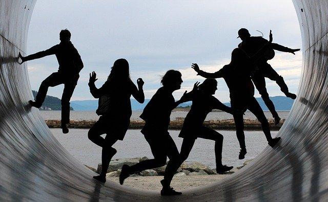 Groupe de personnes jouant dans un grand tube.