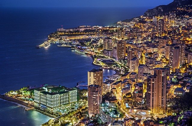 Vue de Monaco de nuit.